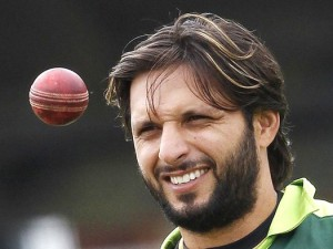 Pakistan's captain Shahid Afridi eyes a ball during a training session before their first cricket test match against Australia at Lord's cricket ground in London July 12, 2010. REUTERS/Stefan Wermuth (BRITAIN - Tags: SPORT CRICKET)